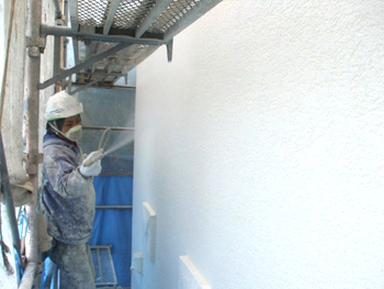 トラバーチン塗装にクリア塗装を重ねる事により、より耐久性を高め汚れも付きにくくしました。