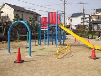 今回は堺市の公園遊具の塗装を受けました。 各公園の遊具も綺麗に仕上がりました。 近所の子供達も喜んでいます。