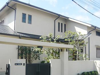 汚く暗い印象だった外壁が塗り替えによって真っ白で明るい外壁になり、明るい印象のお宅に変身しました。